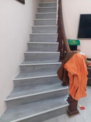 Cầu thang dùng sàn nhựa dán keo