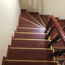 Ốp cầu thang bằng sàn nhựa giả gỗ - Ưu điểm và cách thi công