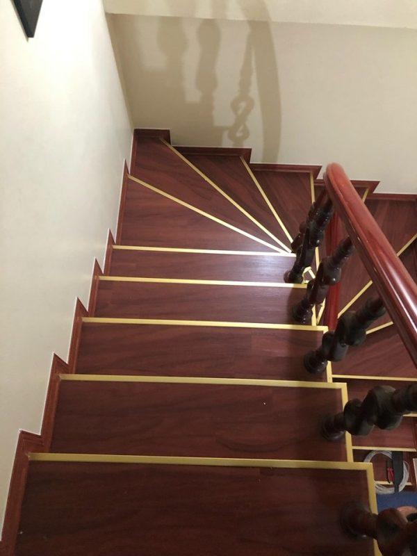 Sàn nhựa giả gỗ ốp cầu thang
