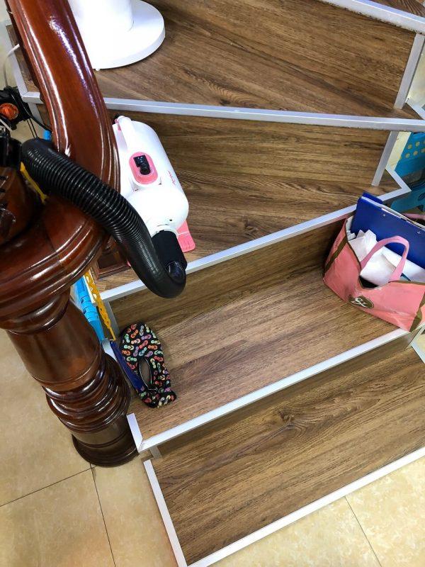 cầu thang sàn nhựa giả gỗ