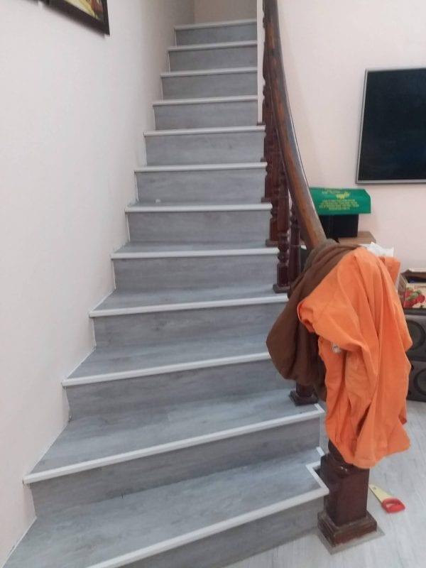 sàn nhựa giả gỗ lát cầu thang